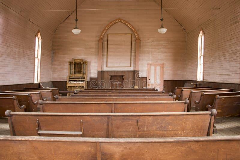 Banchi di chiesa di legno dentro la chiesa di legno rustica fotografie stock