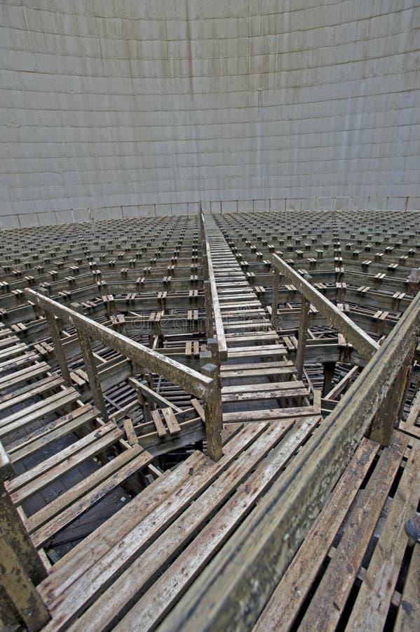 Banchi di legno di raffreddamento all'interno delle torri di raffreddamento immagini stock libere da diritti