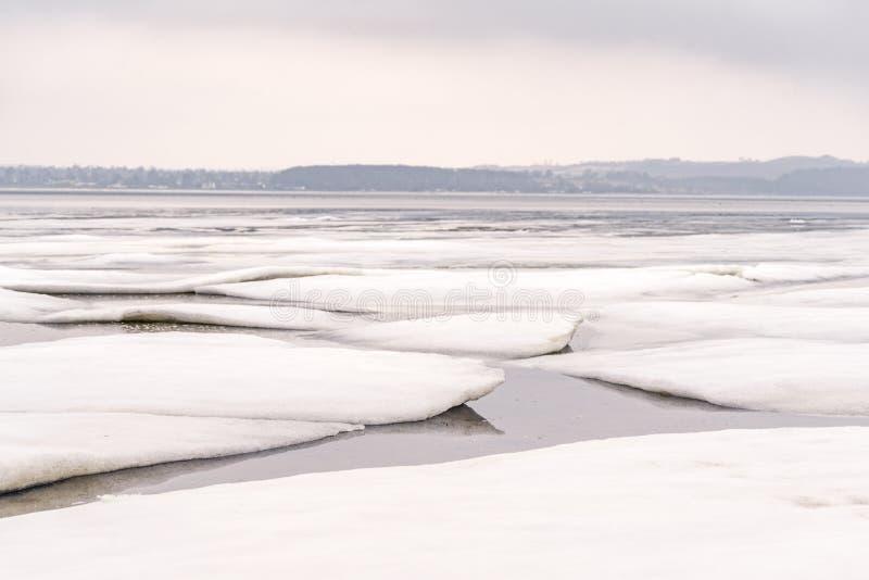Banchisa su un lago congelato nell'orario invernale immagine stock libera da diritti