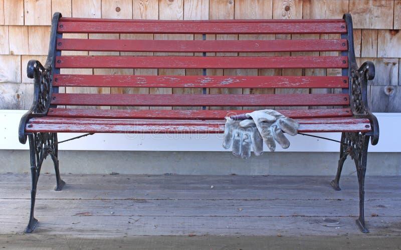 Banco al aire libre con los guantes viejos del trabajo for Banco exterior empleo caracas