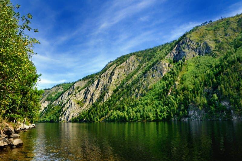 Banco alto rochoso do Yenisey River perto da cidade de Cheryomushki, Khakassia, Rússia fotos de stock royalty free