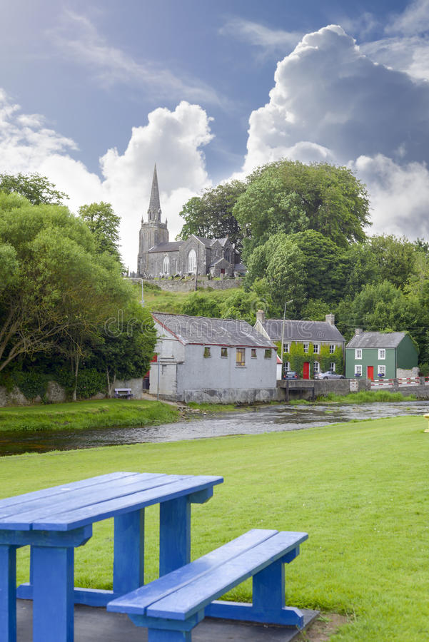Banco azul no parque do castletownroche imagens de stock royalty free