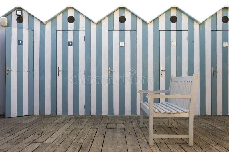 Banco com fundo das cabines da praia foto de stock royalty free