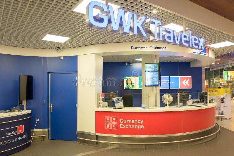 Banco con el cajero automático en el aeropuerto internacional Schiphol en Amsterdam, Países Bajos fotos de archivo libres de regalías