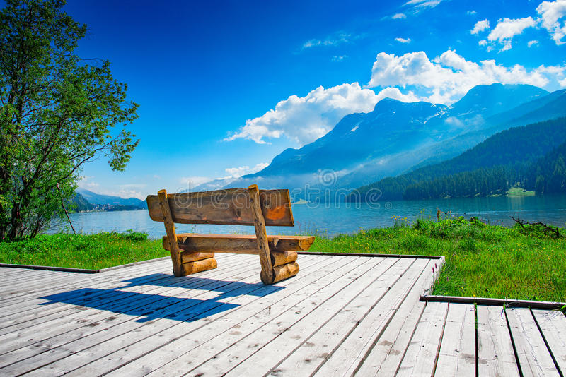 Banco con la vista del lago de la montaña imágenes de archivo libres de regalías
