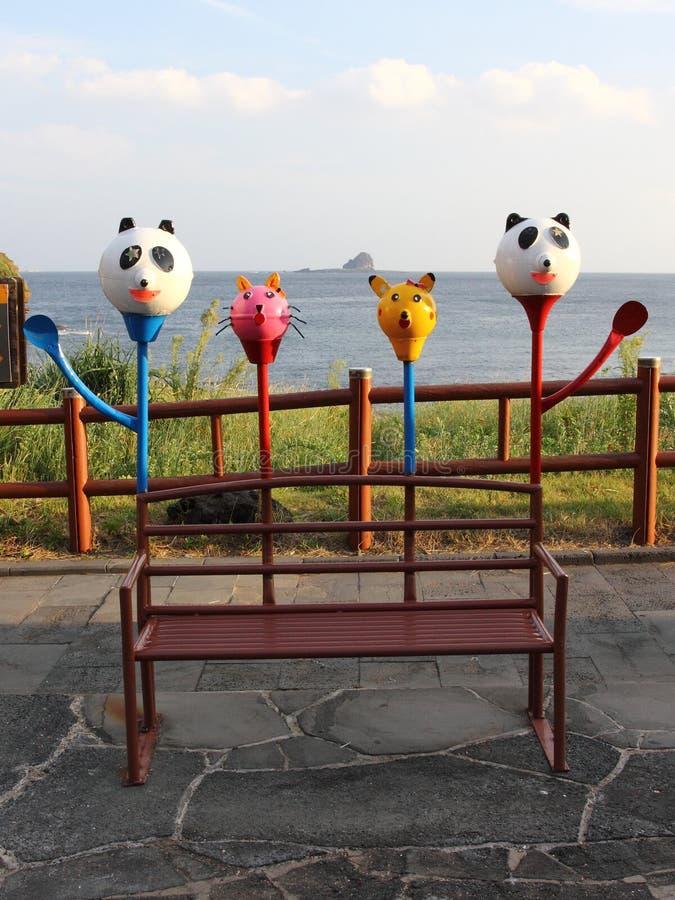 Banco con las figuras de animales en la playa fotos de archivo