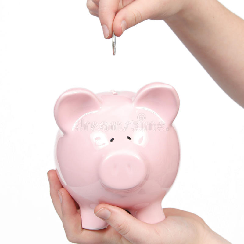 Banco cor-de-rosa do dinheiro com o dinheiro que vai dentro foto de stock