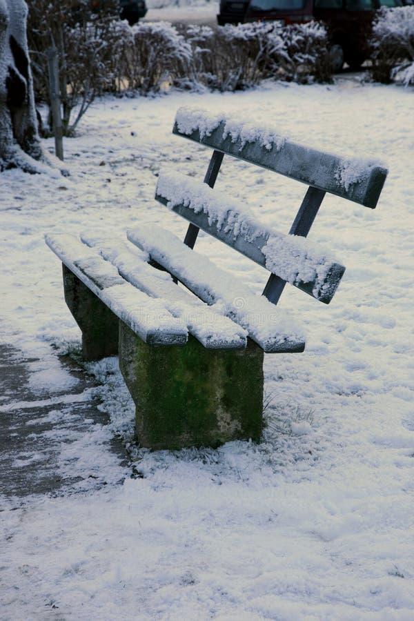 Banco cubierto en nieve foto de archivo