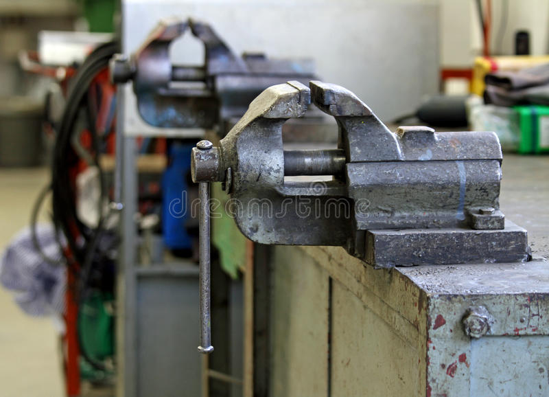 Banco Di Lavoro Meccanico : Banco da lavoro dentro un officina meccanica fotografia stock