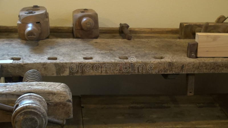 Tavolo Da Lavoro Antico : Banco da lavoro di legno antico in museo stock footage video di