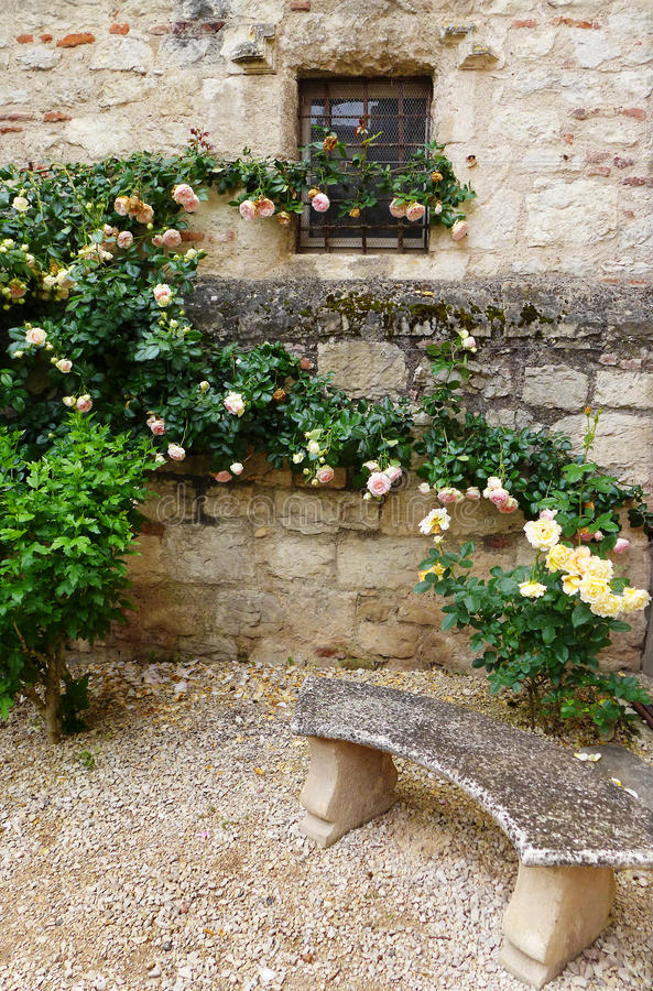 Banco da pedra do jardim do castelo fotos de stock