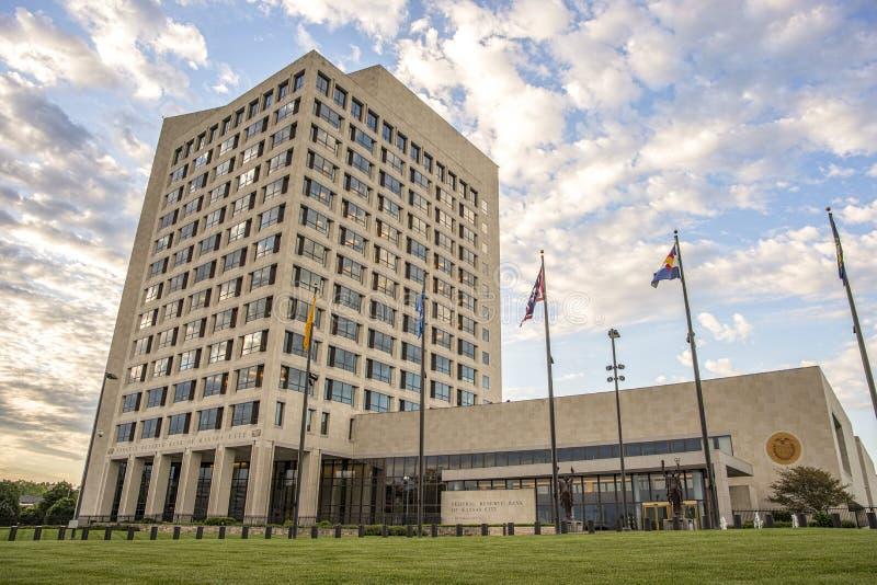 Banco da Reserva federal, construção, bandeira, céu, nuvens, fotografia de stock royalty free