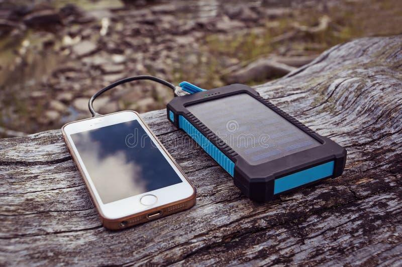 banco das energias solares que carrega o telefone esperto imagens de stock