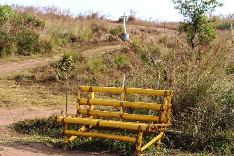 Banco de bambú en montaña imagen de archivo libre de regalías