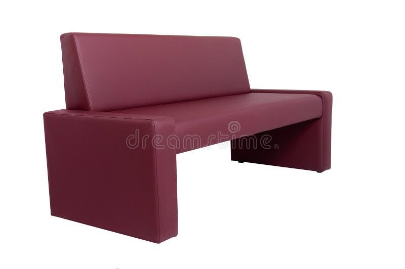Banco de cuero rojo moderno inusual aislado en el fondo blanco Muebles estrictos del estilo imagenes de archivo