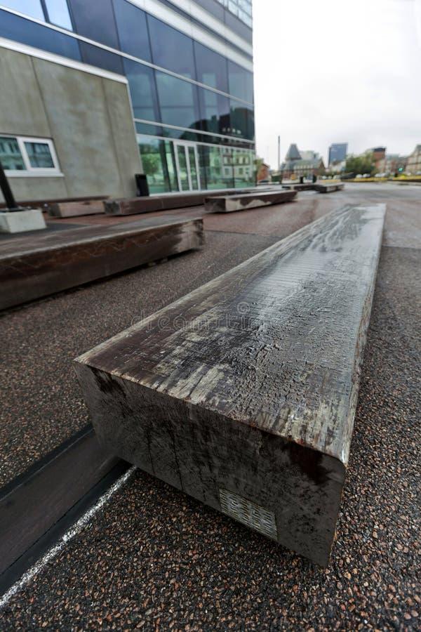 Banco de la madera en la arena pública en la ciudad del rhus de Ã… imagenes de archivo