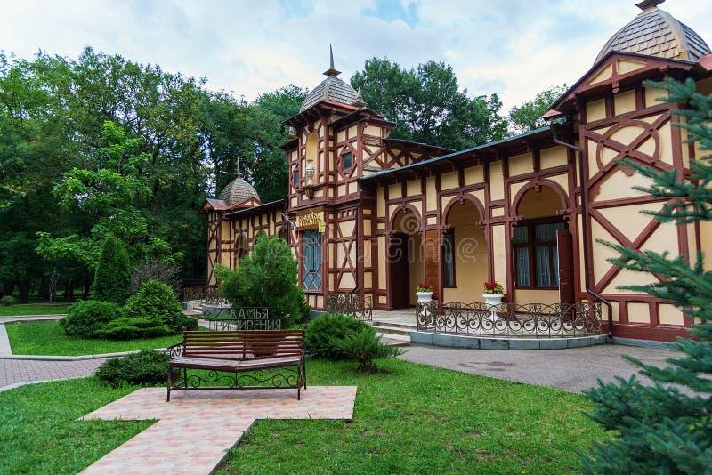 Banco de la reconciliación en el parque del centro turístico en la ciudad de Yessentuki, Rusia - 25 de julio de 2019 fotografía de archivo libre de regalías