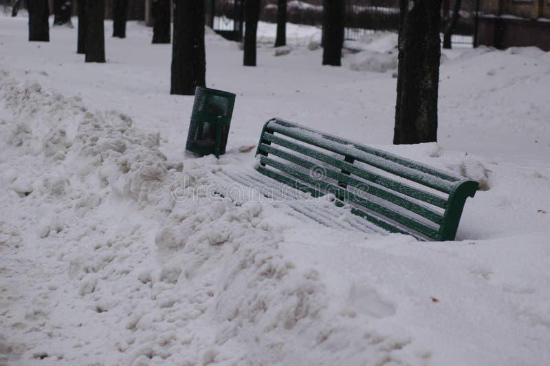 Banco de madeira coberto de neve fotografia de stock royalty free