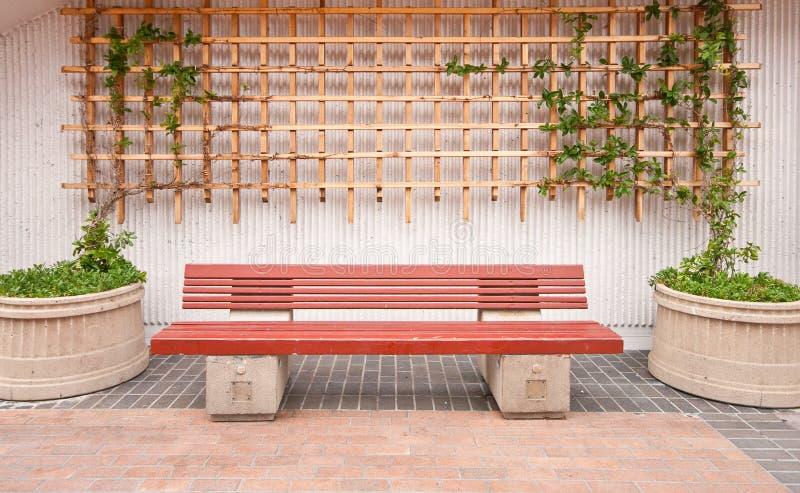 Banco de madeira com decoração exterior fotografia de stock royalty free