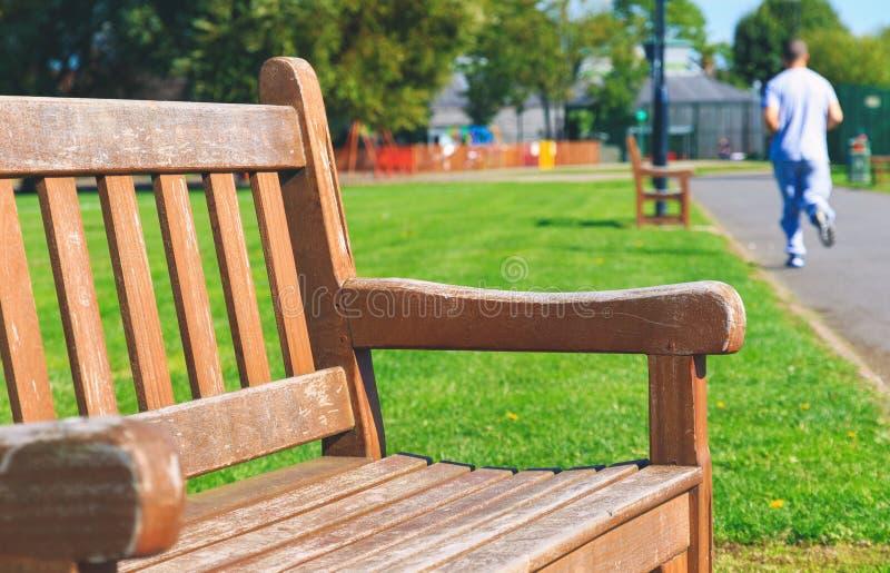 Banco de madeira em um parque imagens de stock royalty free