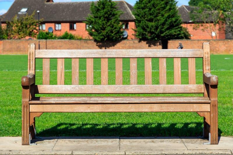 Banco de madeira em um parque foto de stock royalty free