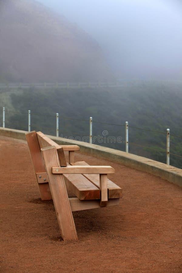 Banco de madeira em uma névoa fotos de stock royalty free
