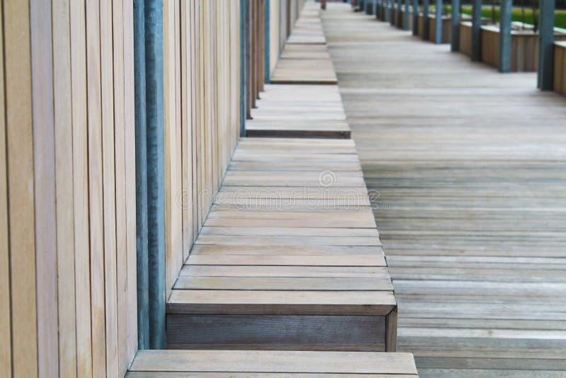 Banco de madeira na perspectiva, banco da rua no parque fotos de stock royalty free