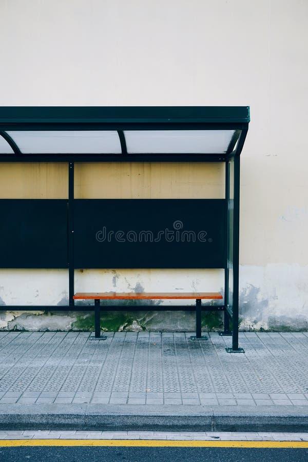 Banco de madeira na rua foto de stock royalty free