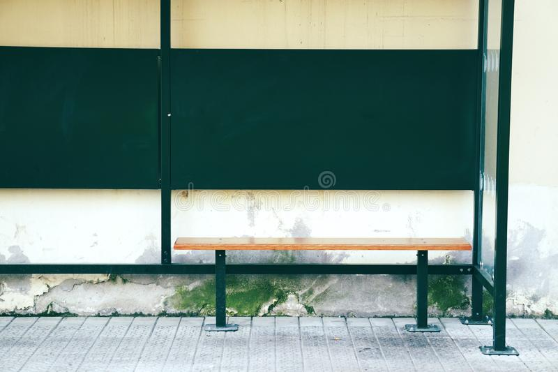 Banco de madeira na rua fotografia de stock
