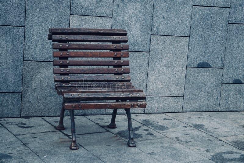 Banco de madeira no parque público na rua imagens de stock