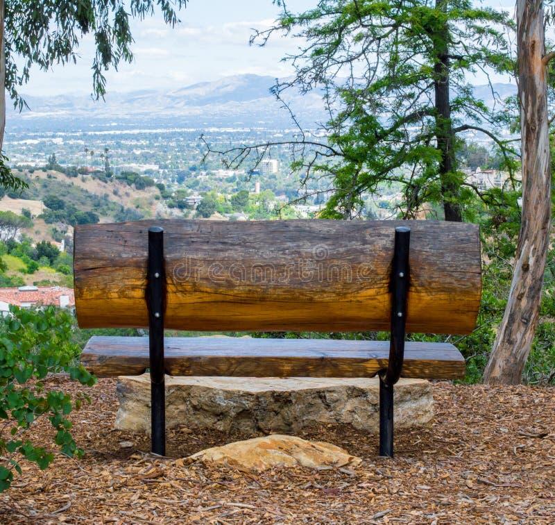 Banco de madeira rústico nos montes que negligenciam Los Angeles imagens de stock royalty free