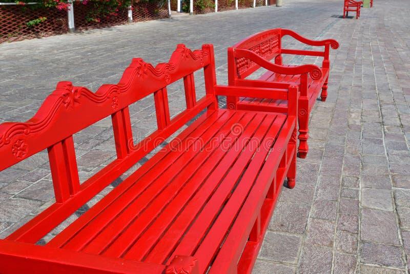 Banco de madeira vermelha ao ar livre em Doha, Catar foto de stock
