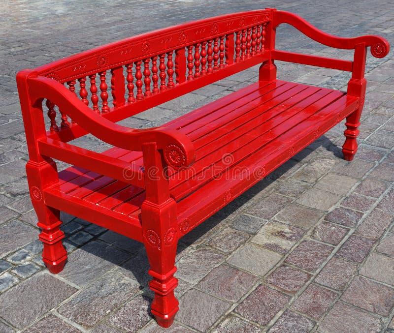 Banco de madeira vermelha ao ar livre em Doha, Catar fotografia de stock royalty free