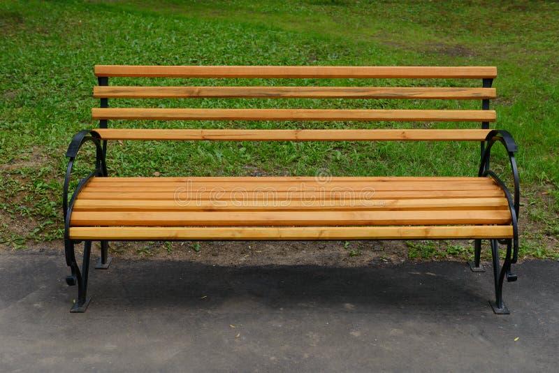 Banco de madera en el parque imagen de archivo
