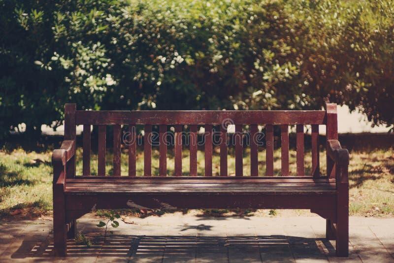 Banco de madera en el parque de Barcelona imagen de archivo