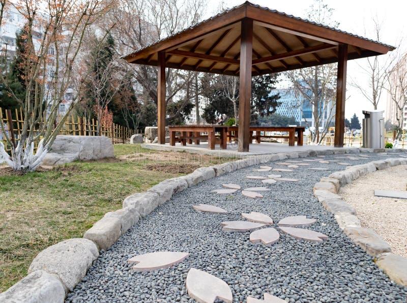 Banco de madera en parque interior en el jardín público de la flora adentro fotos de archivo libres de regalías