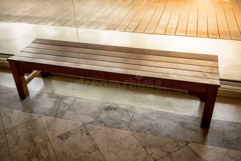 Banco de madera de la silla o de madera dentro de un edificio a lo largo de una calzada fotos de archivo libres de regalías