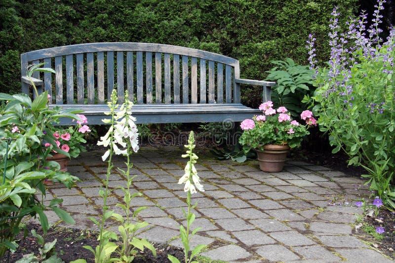 Banco de madera rústico del jardín foto de archivo libre de regalías