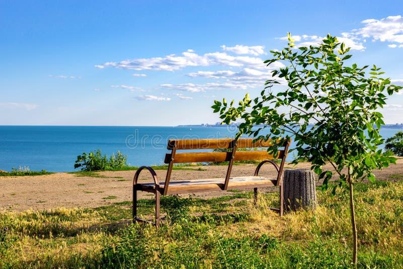 Banco de madera viejo a descansar sobre el acceso a la playa, puesta del sol en una playa del mar Báltico el la tarde del verano imagen de archivo libre de regalías