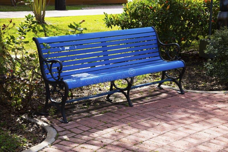 Banco de parque azul em um parque em Brownsville, Texas imagens de stock royalty free
