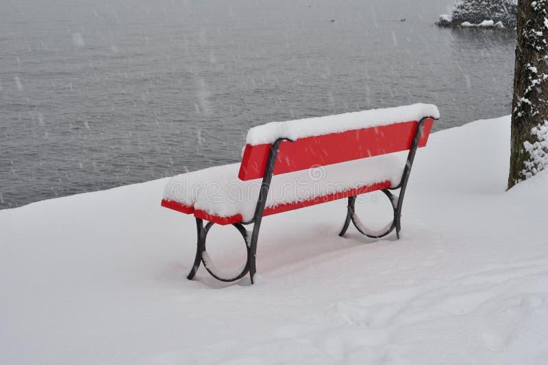 Banco de parque cubierto en nieve fotografía de archivo