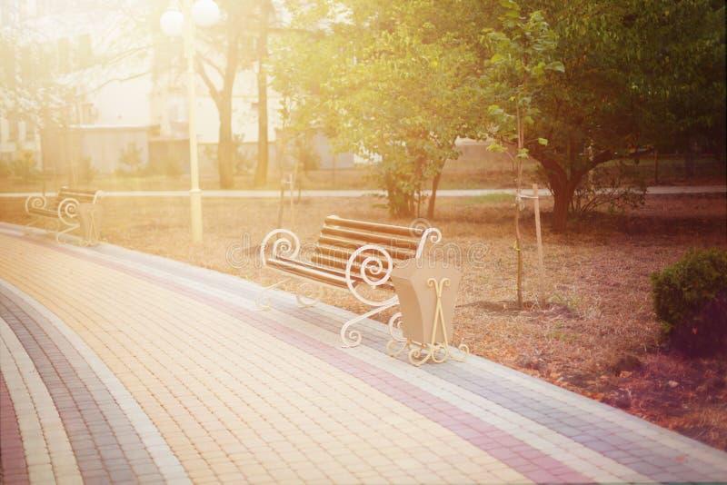 Banco de parque no sol fotografia de stock royalty free