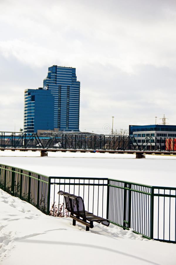 Banco de parque que pasa por alto el río magnífico fotografía de archivo