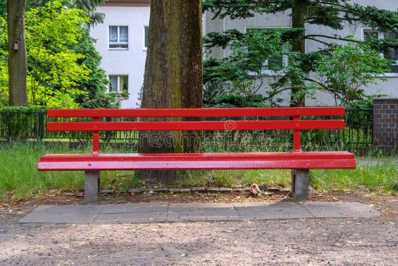 Banco de parque vermelho fotografia de stock royalty free