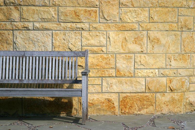 Banco de parque y pared de piedra. imágenes de archivo libres de regalías