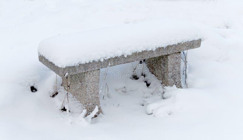Banco De Piedra Cubierto Con Nieve Imagen de archivo - Imagen de ...