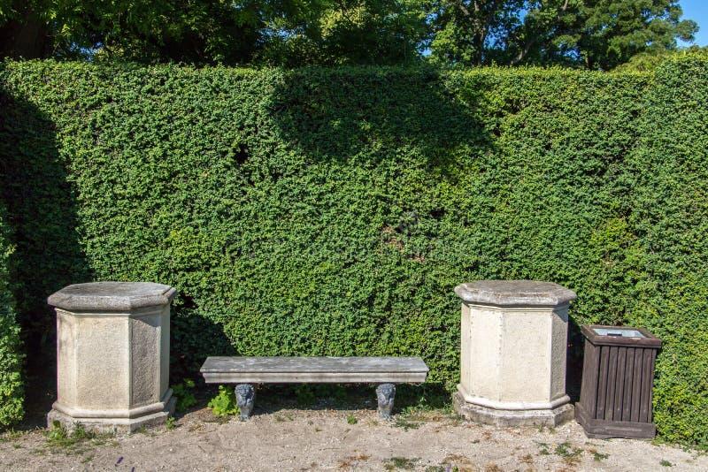 Banco de piedra en el parque fotos de archivo