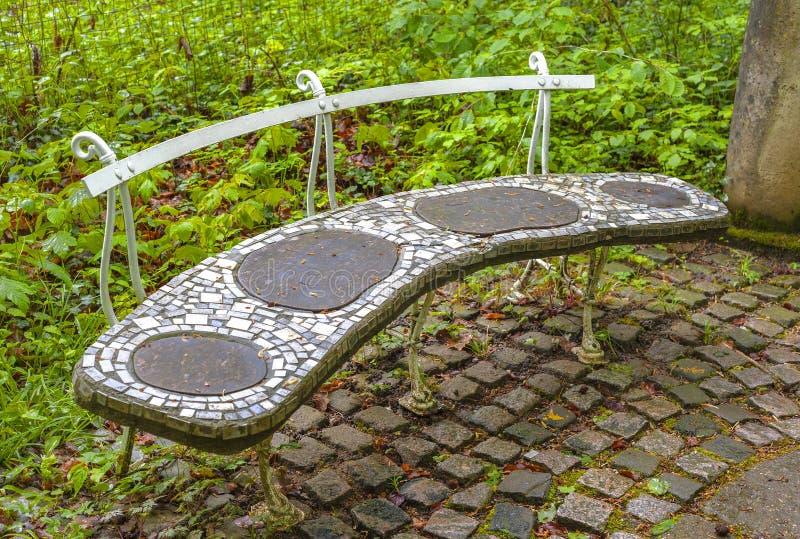 Banco de piedra en el parque fotos de archivo libres de regalías