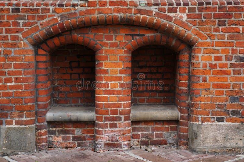 Banco de piedra en pared de ladrillo ayuntamiento viejo en Hannover, Alemania fotografía de archivo