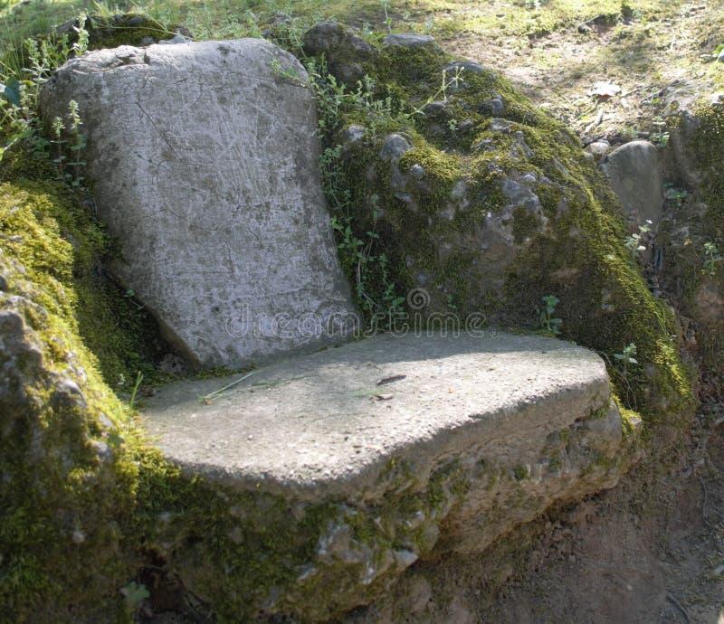 Banco de piedra en un parque imagen de archivo libre de regalías